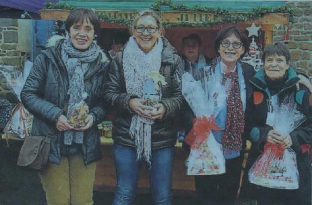Kartoffelpuffer und Grillwürstchen auf dem Weihnachtsmarkt in Hédé-Bazouges verkauft